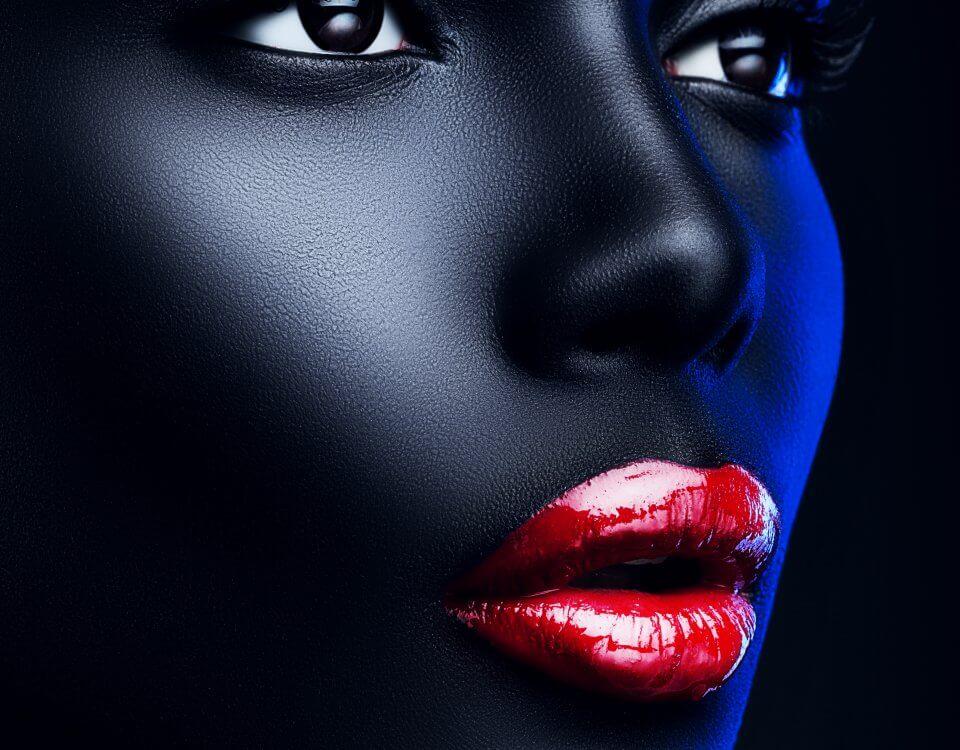 панно с женским лицом и красными губами