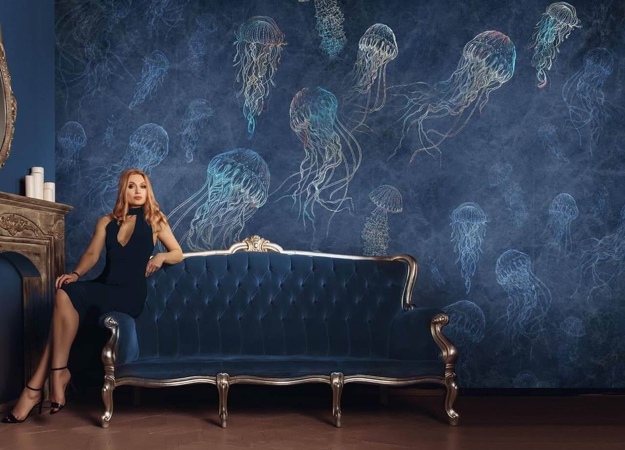 ыигрышный вариант для спокойного и безмятежного интерьера – обои с медузами крупных изящных очертаний для стен детской, гостиной, спальни. В них содержатся геометрические и флористические элементы. Свежесть, прохладные зеленоватые тона вносят винтажные и фэнтезийные ноты.